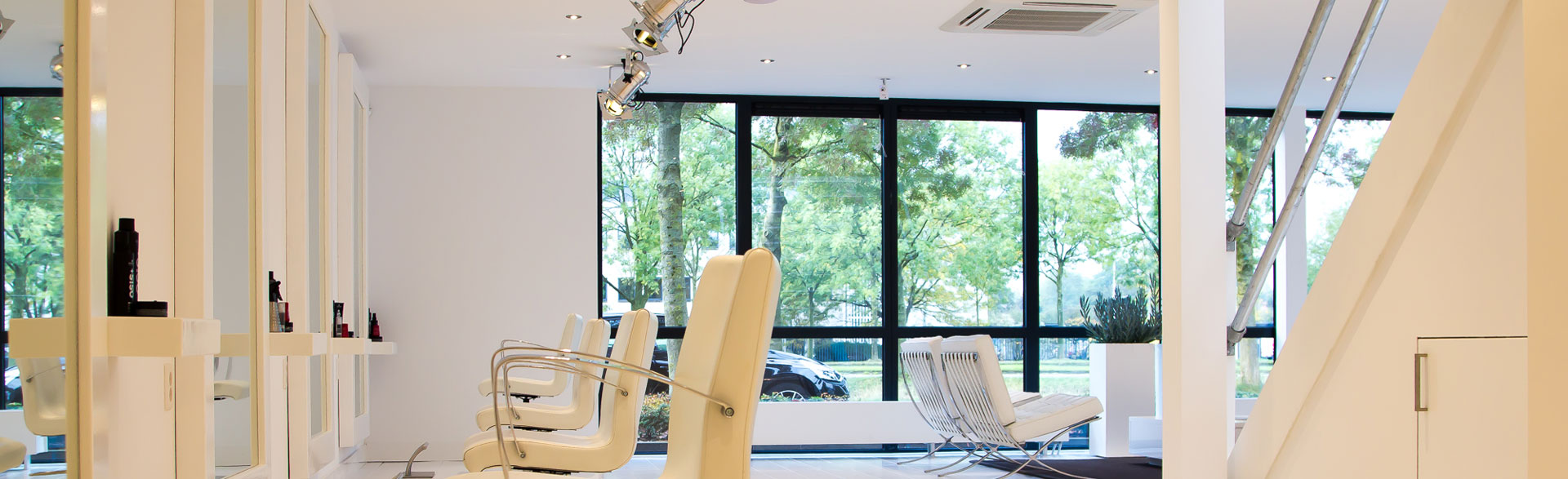 Beauty-by-Roos-salon-Amersfoort-stoelen wit