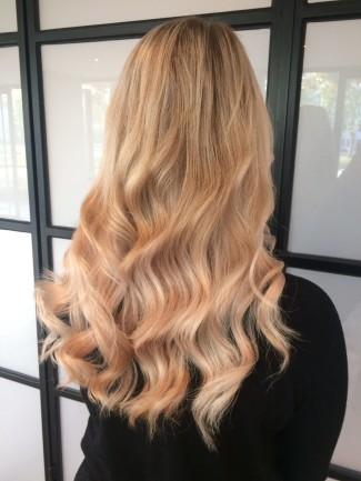 Dee van der Zeeuw met hairextensions achterkant