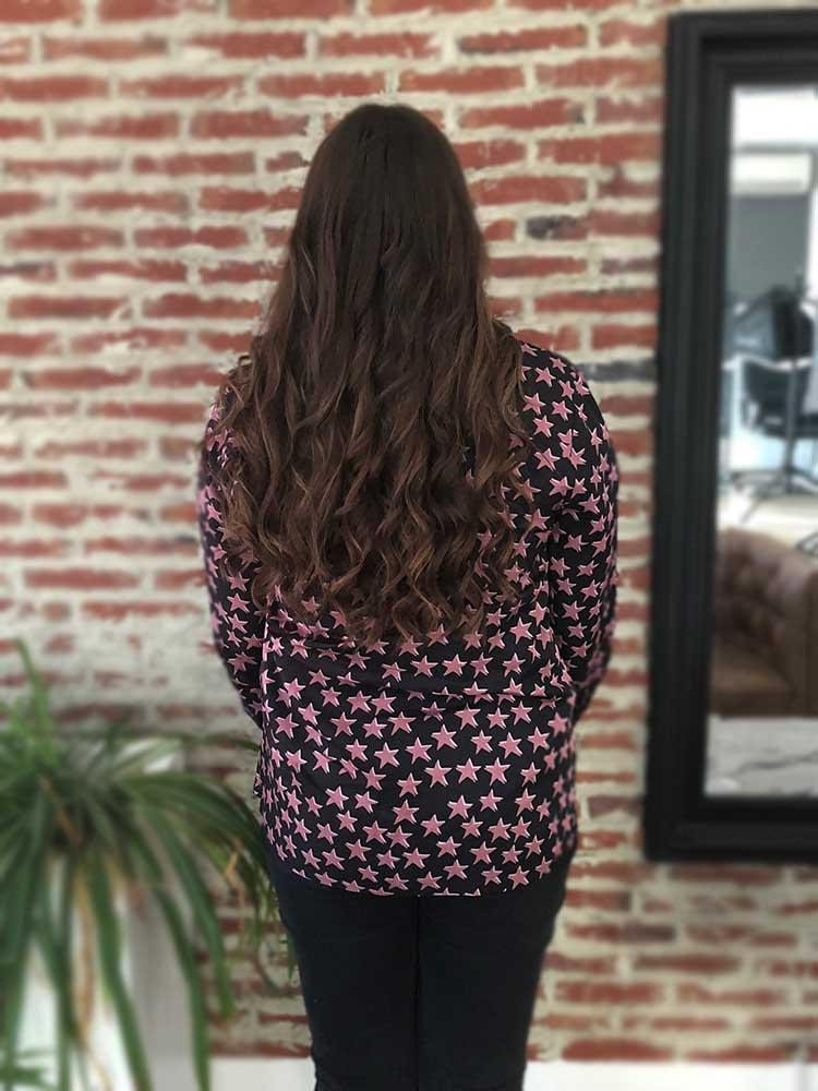 Ines Gomes met hairextensions achter